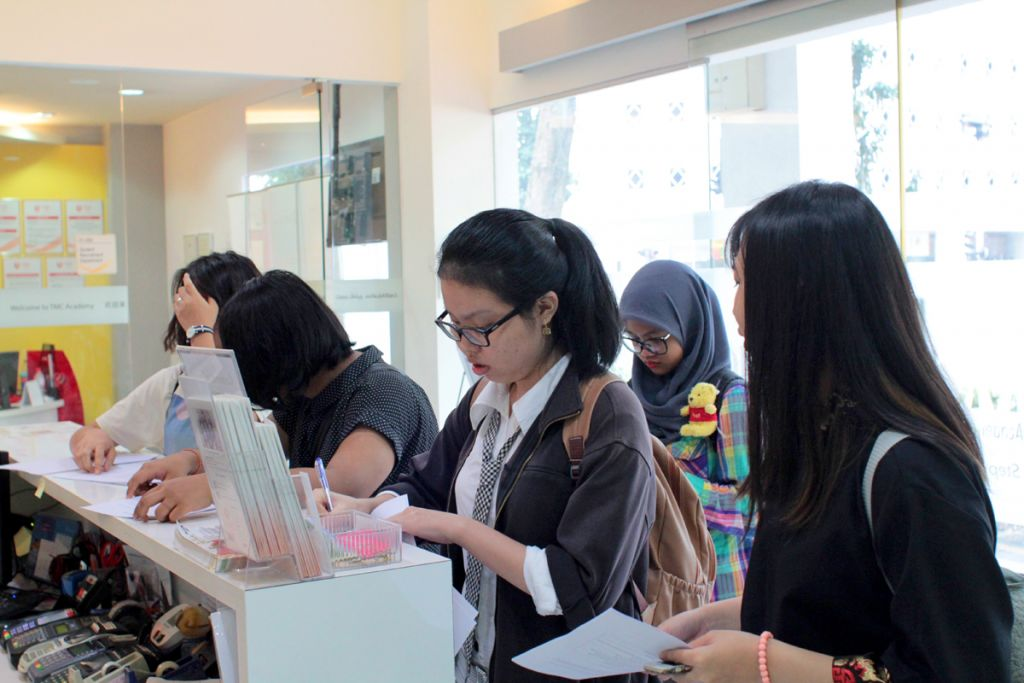 TMC college students field trip march 2017 students filling up the worksheets